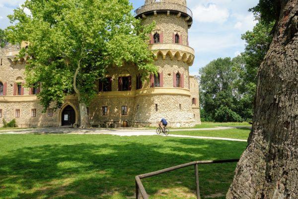 romantisch-kasteel-in-parkB4AD4E0F-EC03-0E93-AE7D-23D8485B7369.jpg