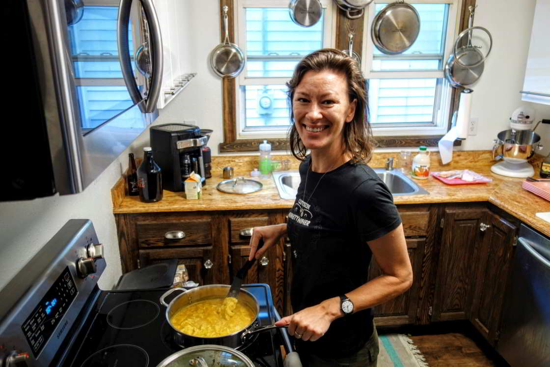 Vrouw maakt ontbijt in Cuyuna
