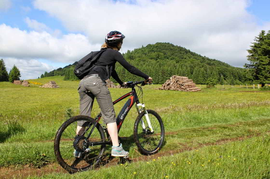 fietsster kijkt naar oude vulkaan