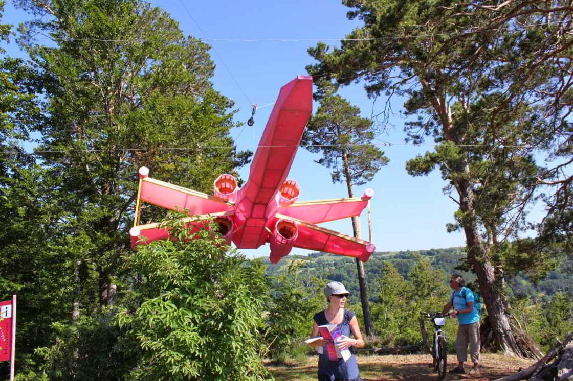 Roze vliegtuig Natural X.Wing kustproject bij Saint-Nectaire in Auvergne