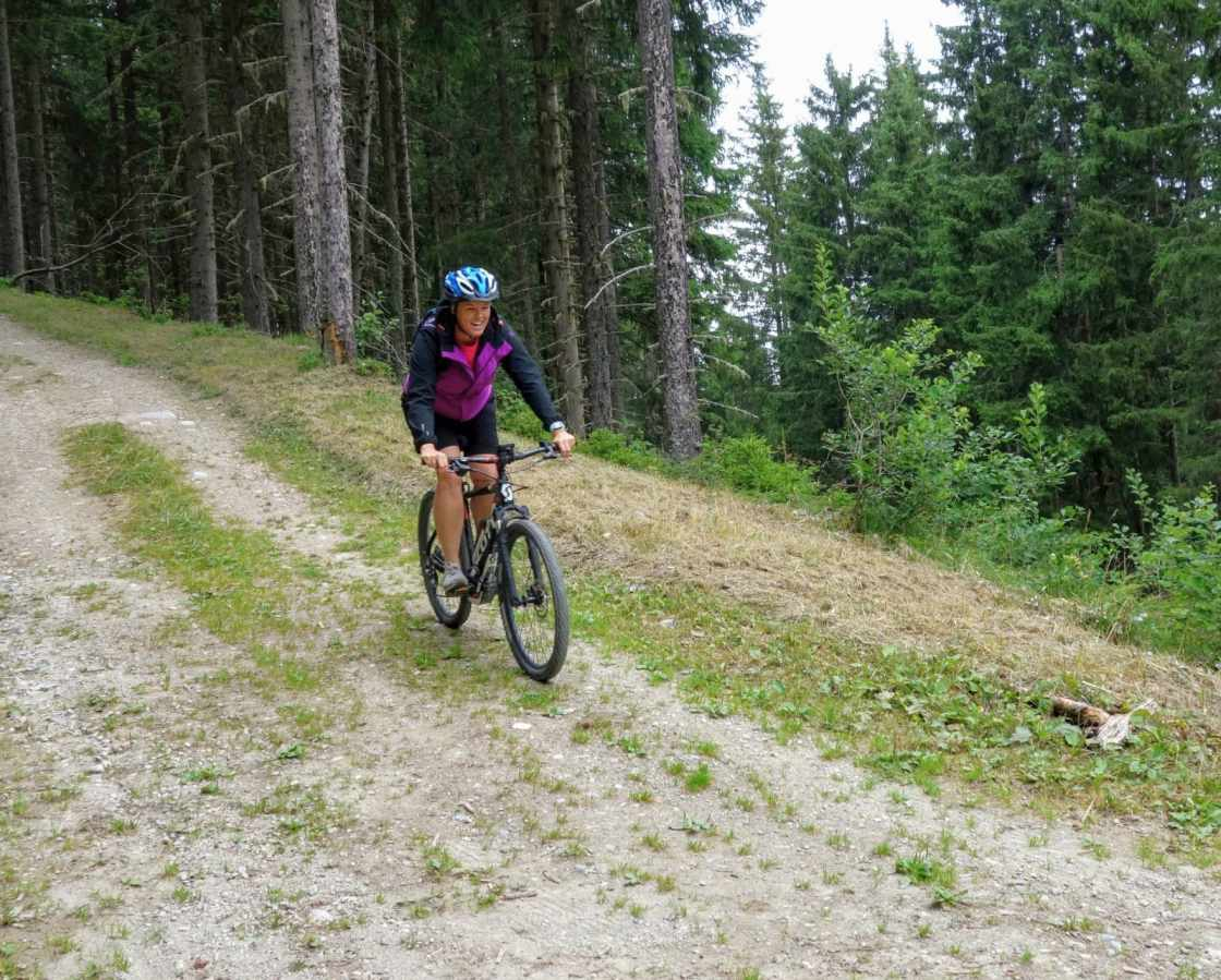 Ellen in de afdaling tijdens mountainbiketocht in Courchevel