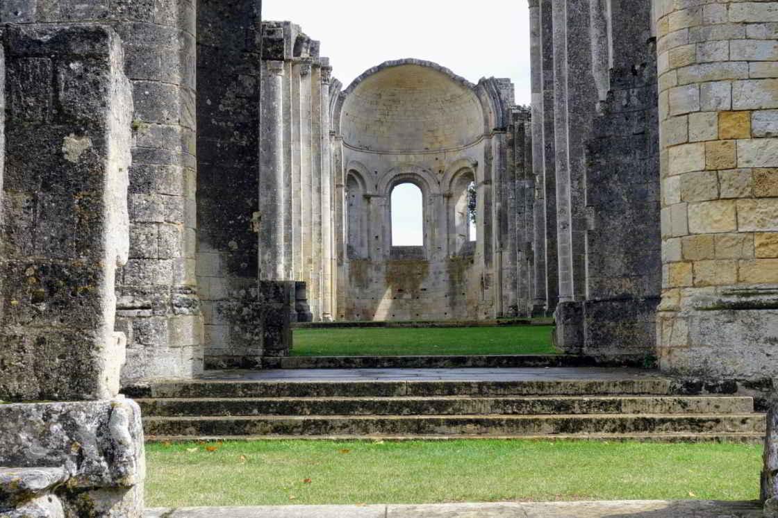 Enkele muren staan nog overeind van de oude abdij Sauve-Majeure