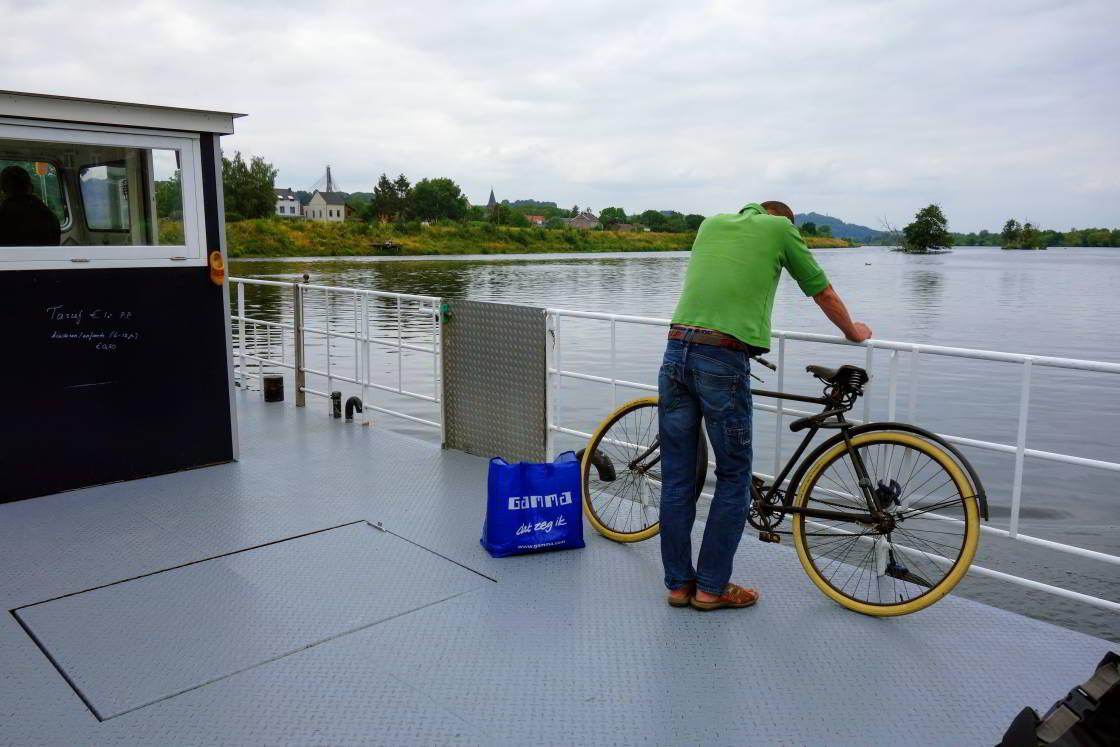 man met fiets bij veerpont over de Maas