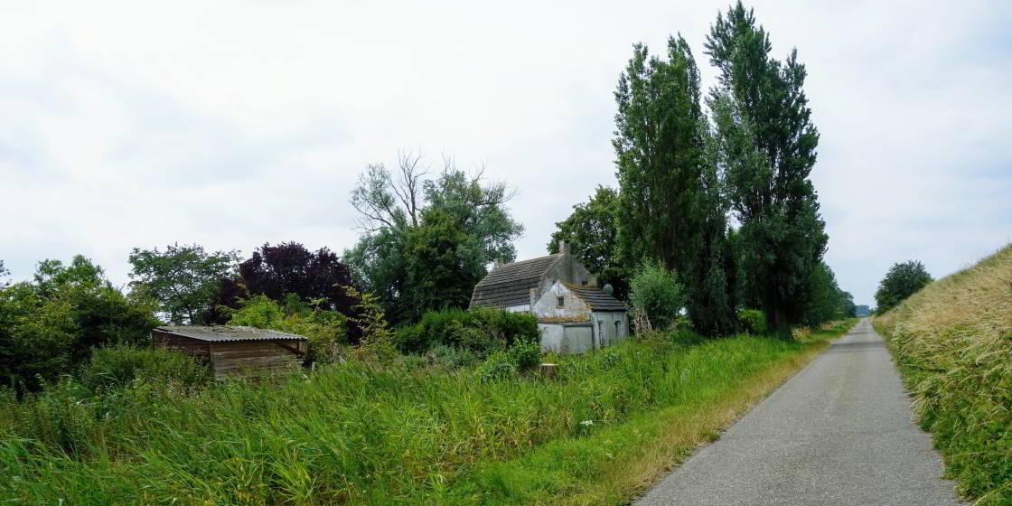 verlaten huis in de Hedwigepolder