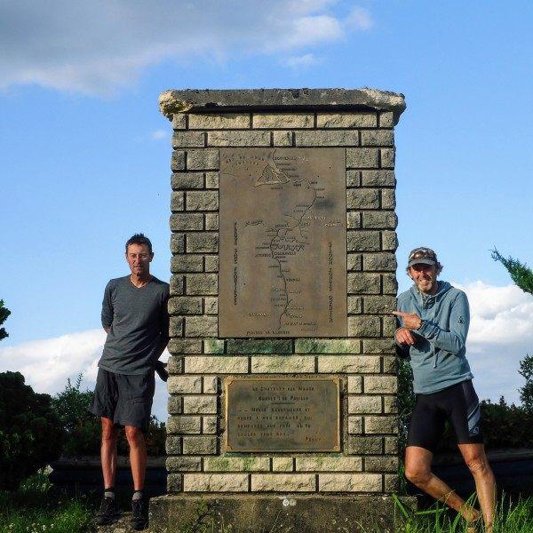 Stefan en Raymond bij het monument bij de bron van de Maas