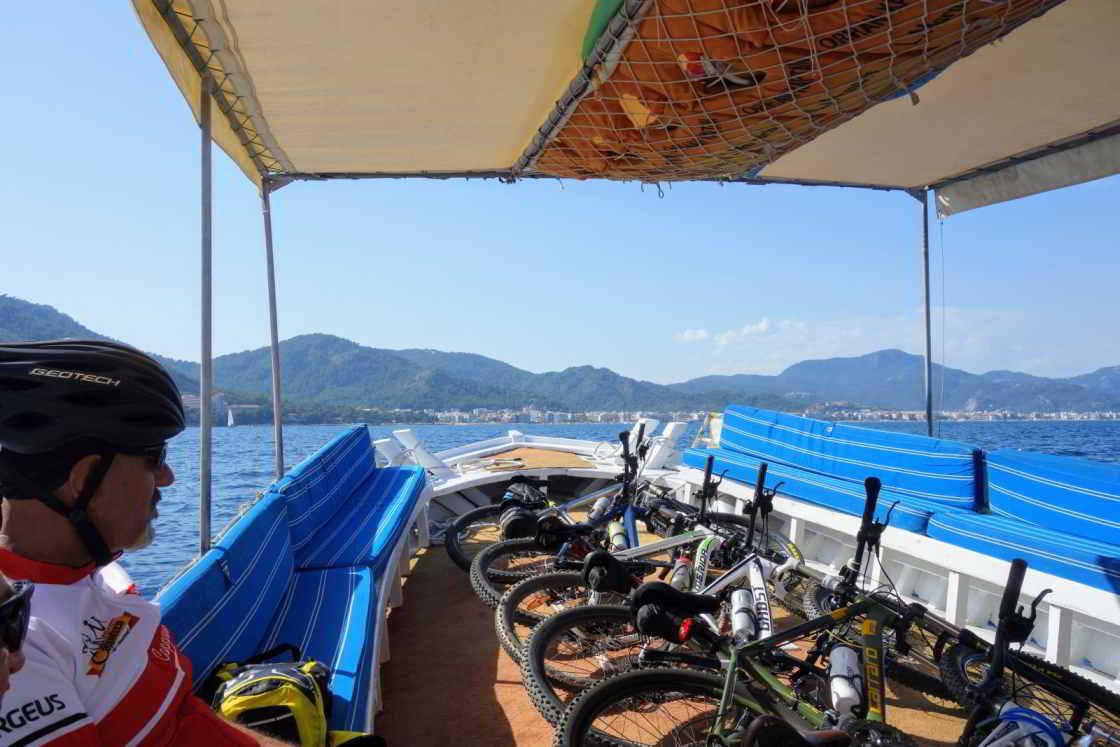 mountainbiker zit in een bootje