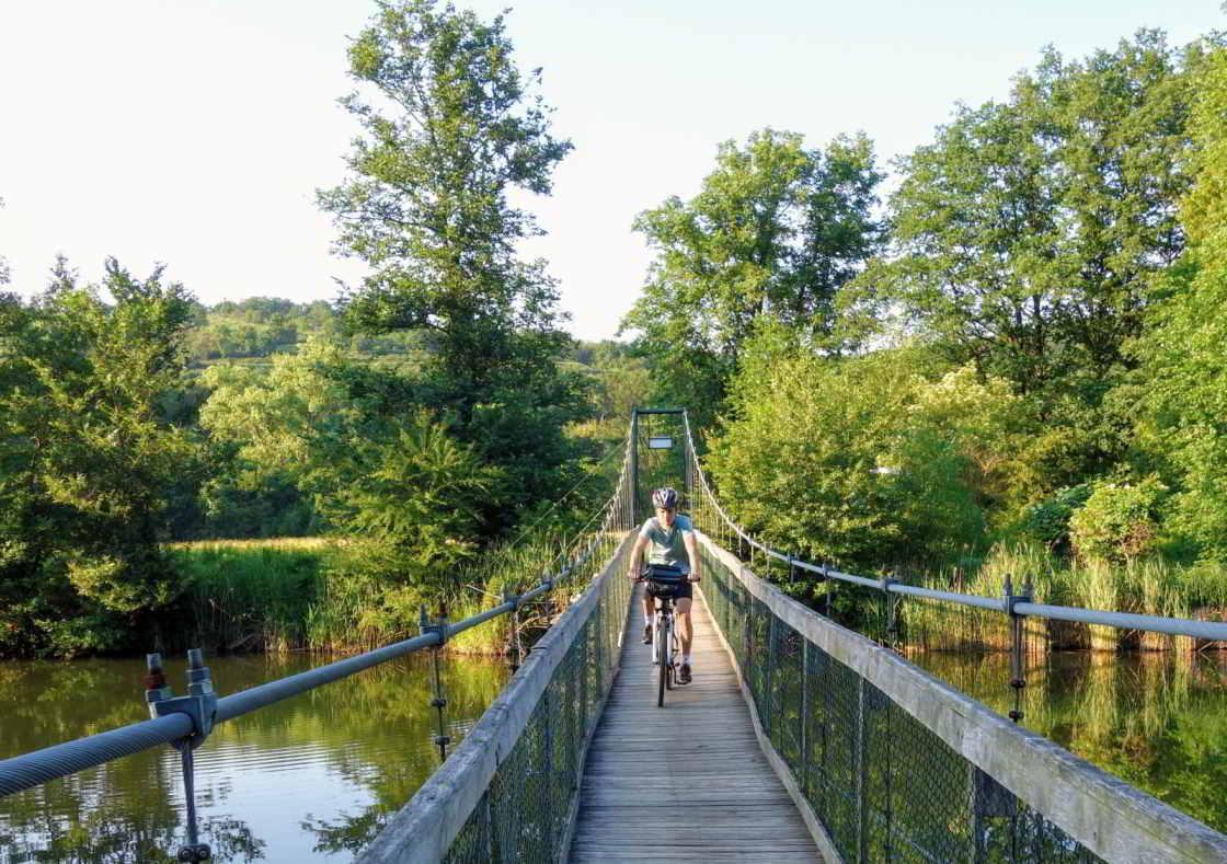Fiets rijdt over de hangbrug in National Park Podyjí