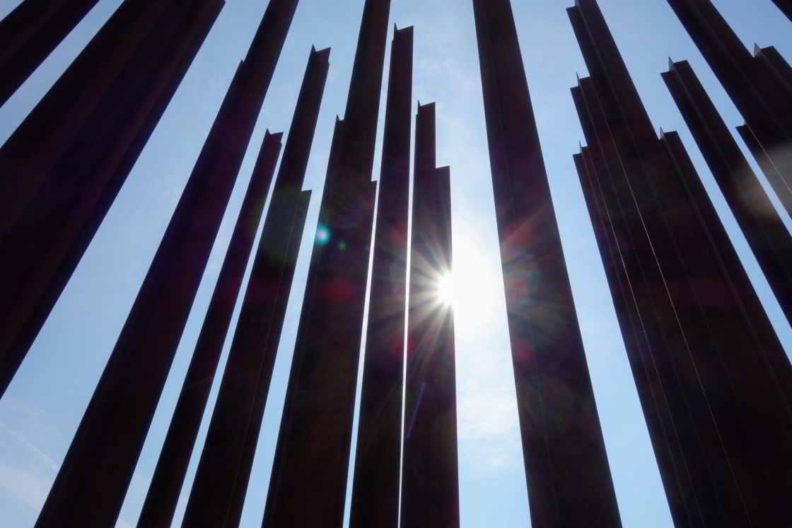 Een monument met verticale ijzeren balken herinnert aan de slachtoffers van het IJzeren Gordijn