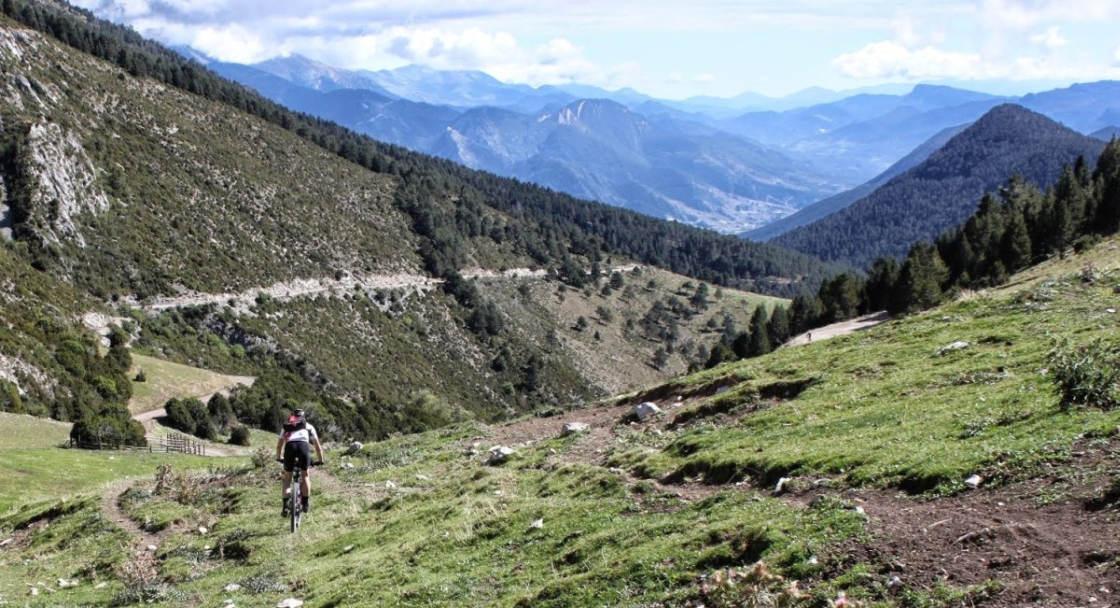 Mountainbiker daalt af op berghelling