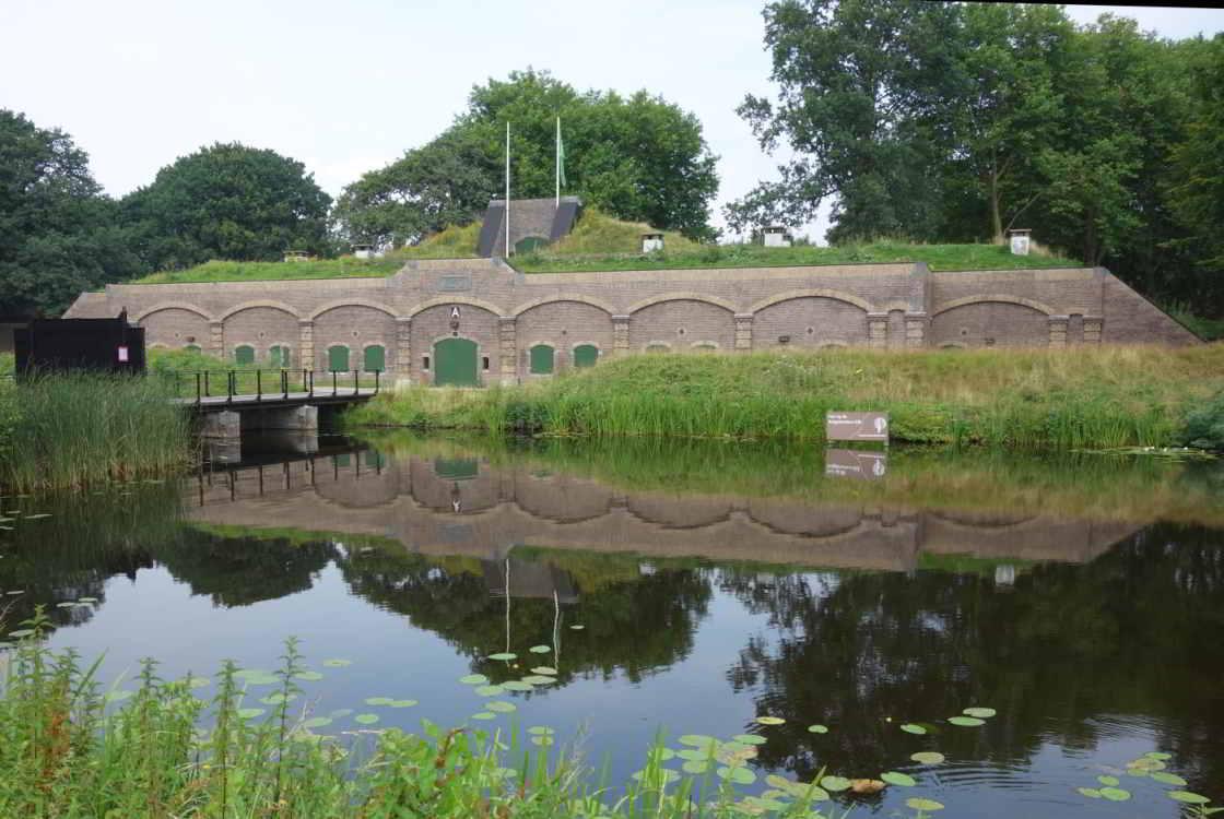 Gracht met daarachter Fort Ruigenhoek