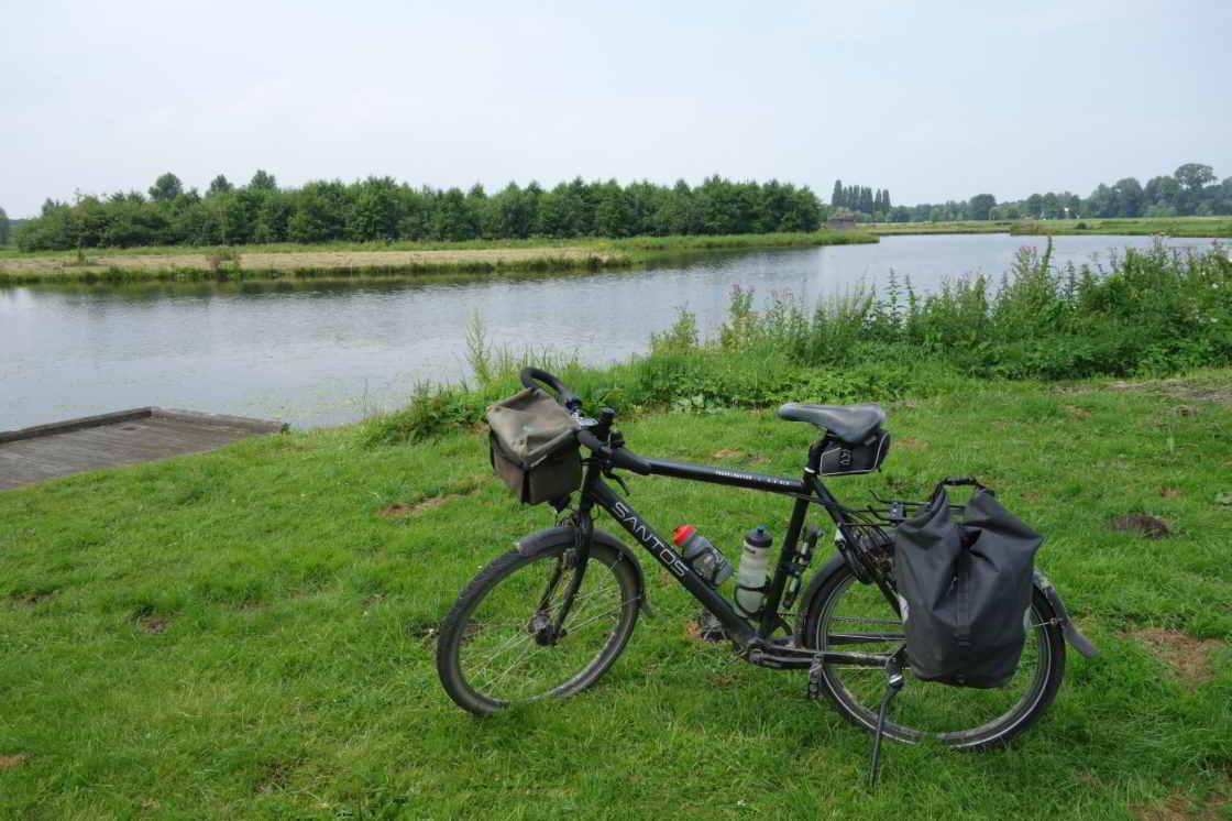 Fiets met op de achtergrond een meer in Noordpark bij Utrecht