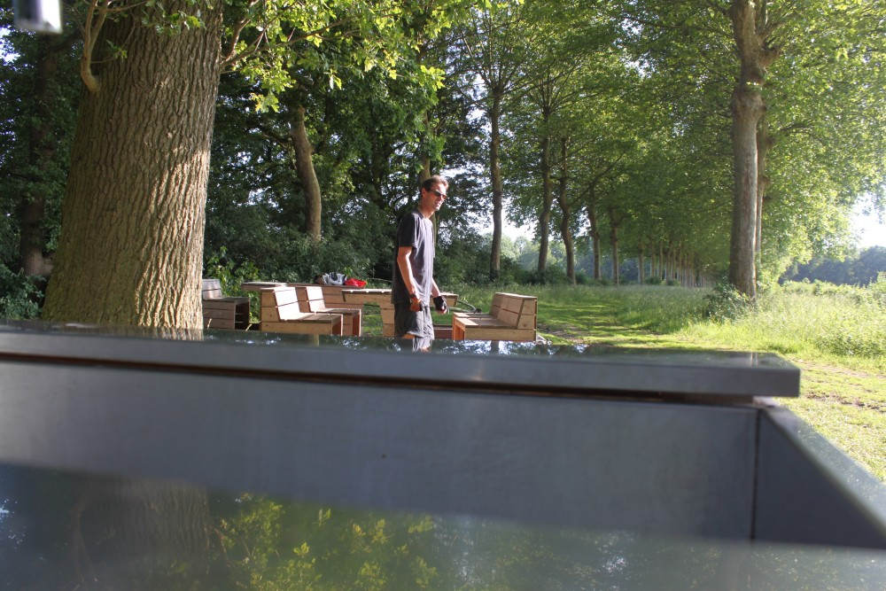Stefan Maas bij banken en tafels Tranendreef