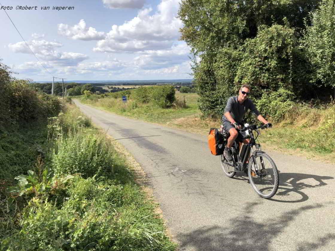 Stefan Maas op een binnenweg op de Véloscénie