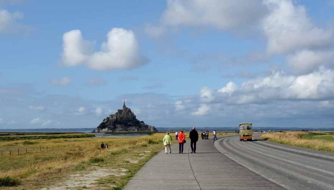 Wandelaars op de toegangsweg naar de Mont-Saint-Michel