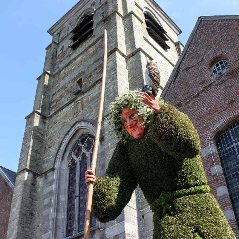 Sculptuur van bladeren herinnert aan de heks Quintine in Ellezelles