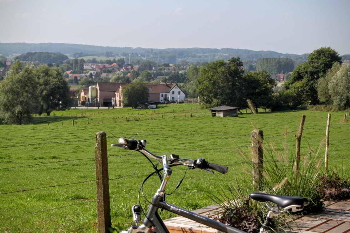 Doorkijkje naar dorpje in het pays des collines