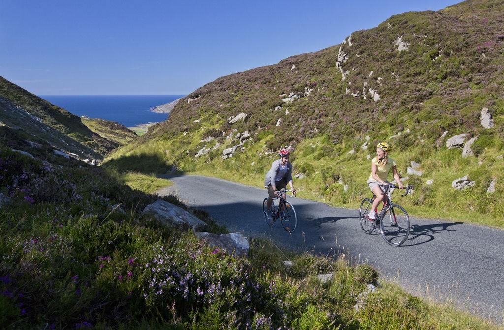 twee fietsers vlak bij Maiin Head in Ierland
