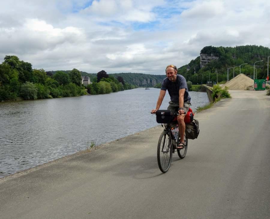 Raymond fietst langs de Maas