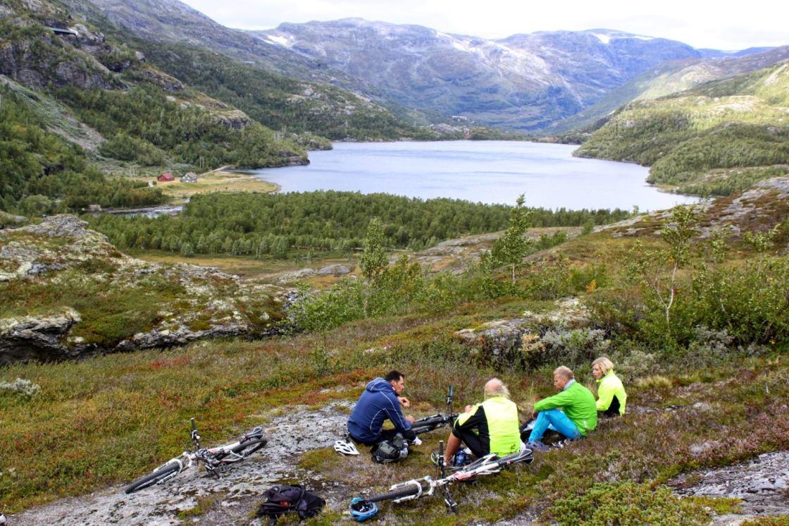 Groep fietsers met op de achtergrond een meer