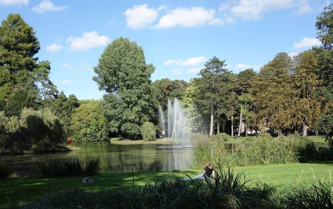 Foto van vrouw en spuitende fontein in het Wilhelminapark