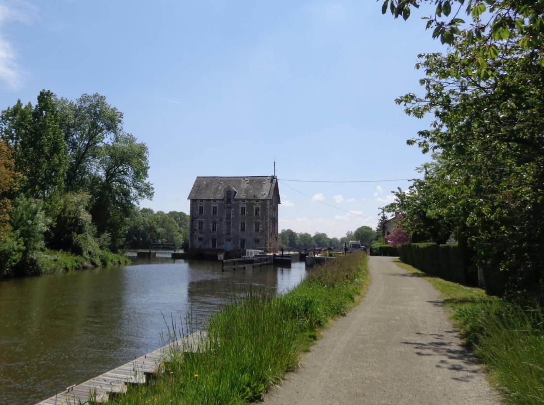 Beeld van een watermolen langs de Mayenne