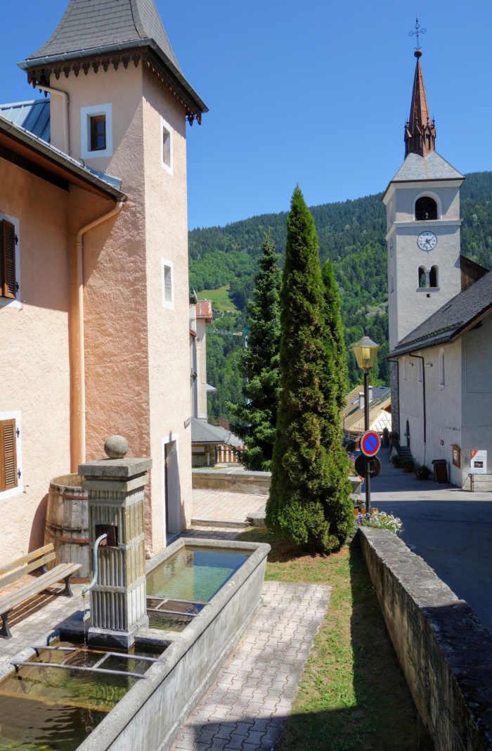 Kerk en drinkbak van het bergdorpje Les Allues