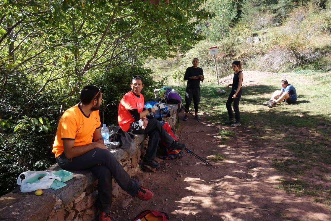 lunchende mensen bij berghut