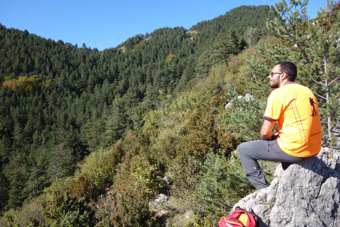 man op een rots geniet van uitzicht