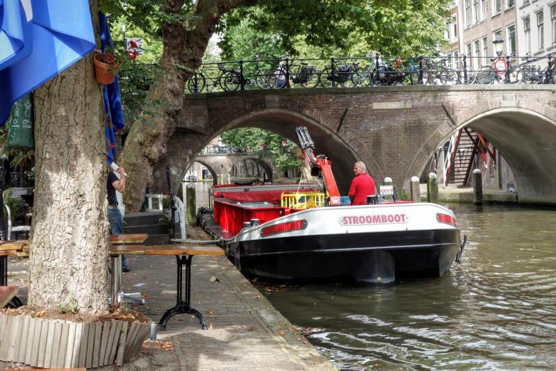 De Bierboot van Utrecht laadt kratjes bier uit aan de Oudegracht